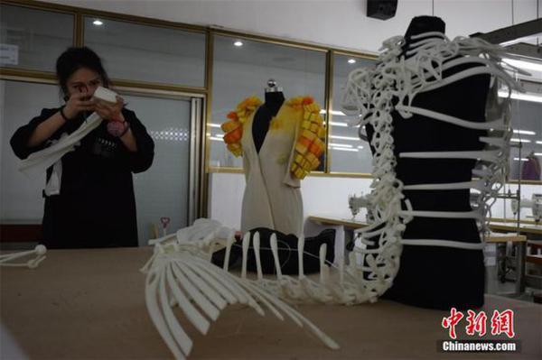 4月11日,在武汉纺织大学服装与服饰设计专业毕业作品展上,3套用3D技术打印而成的服装作品一经亮相,引来不少关注。据设计者汤晓介绍,该服装以希腊神话故事里海妖Siren为灵感而创作,3D服装立体呈现出了海妖的骨骼结构。服装从设计到成型用时4个月,耗资5万余元。 张畅 摄    4月11日,在武汉纺织大学服装与服饰设计专业毕业作品展上,3套用3D技术打印而成的服装作品一经亮相,引来不少关注。据设计者汤晓介绍,该服装以希腊神话故事里海妖Siren为灵感而创作,3D服装立体呈现出了海妖的骨骼结构。服装从设